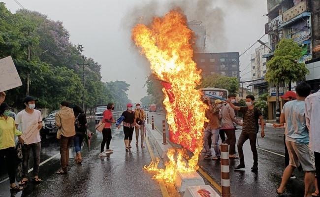 11 muertos mientras los manifestantes de Myanmar luchan contra las tropas con armas hechas a mano y bombas incendiarias