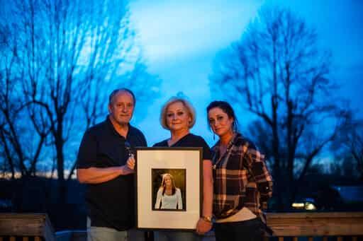Jeff y Lola Carter se paran con una fotografía enmarcada de su hija, Amanda y Kayla, su hija que está luchando contra la adicción a las drogas.  (AP)