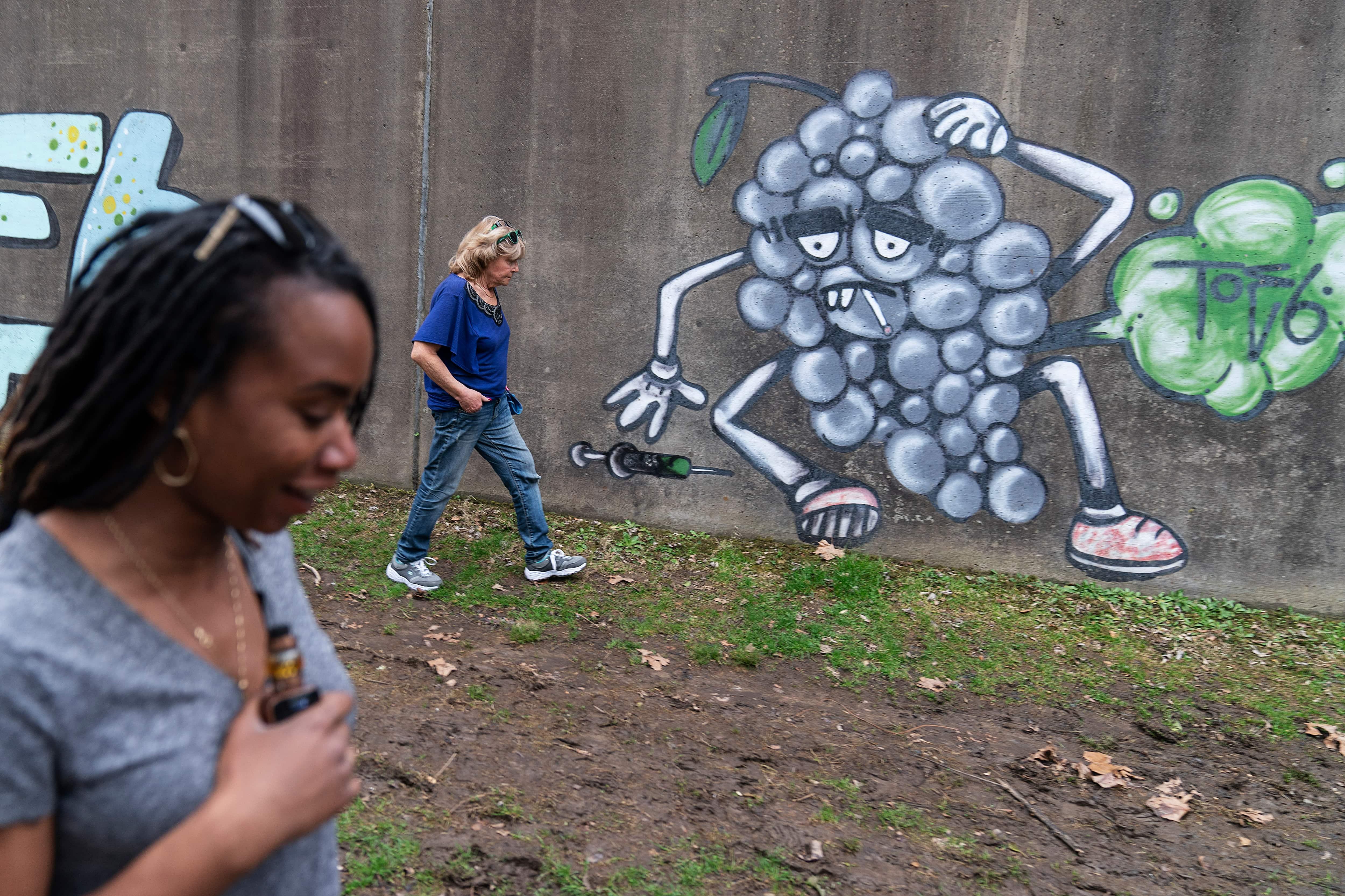 Svee Howland, junto con Largecox Cox, Foreground y Queen Response Team, siguen el pasado del graffiti de adictos a las drogas (AP).